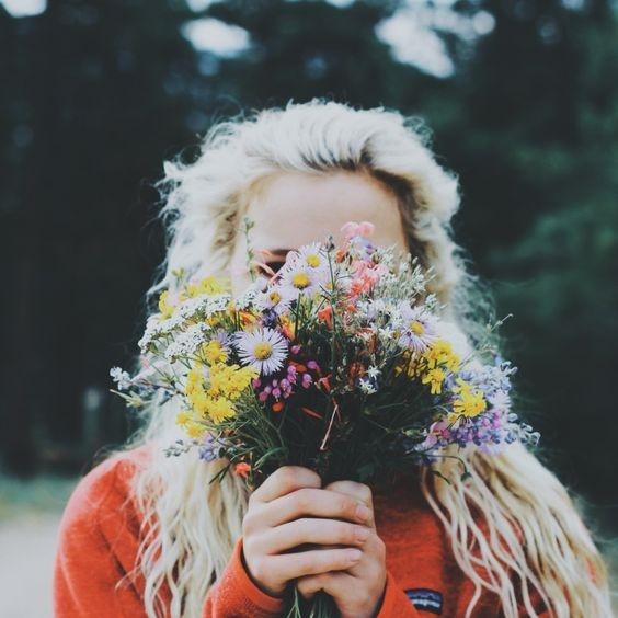 Bạn có thể dùng một bó hoa để che mặt