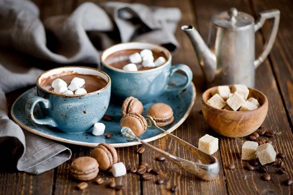 Hay những chiếc bánh, mẩu bánh mì bên cạnh tách cafe